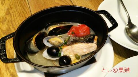 鮭と貝類のアクアパッツァ