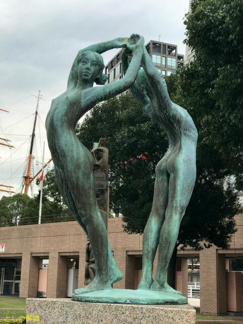 少年と少女が背中合わせに手を組む裸像
