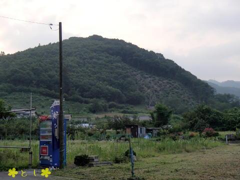 椋神社(みくじんじゃ)の駐車場から、龍勢花火を発射するやぐらを見たところ